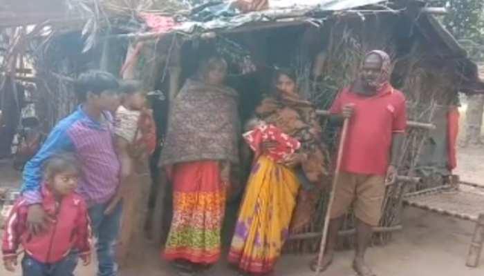 बांका: दबंगों ने इंदिरा आवास से किया बेदखल, सड़क पर रहने को मजबूर हुआ परिवार