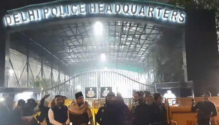 दिल्ली पुलिस मुख्यालय पर धरने पर बैठे प्रदर्शनकारी, हिरासत में लिए गए लोगों को छोड़ने की मांग