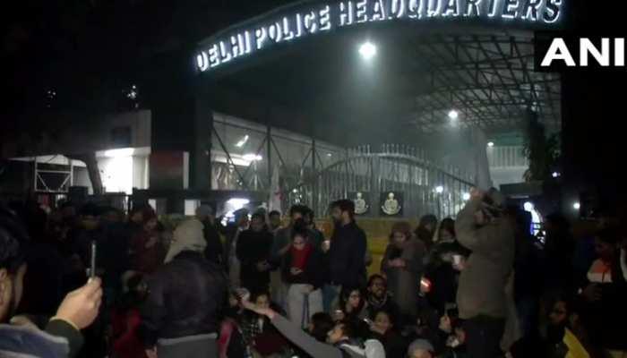 हिरासत में लिए गए लोगों को छुड़ाने आधी रात को पुलिस मुख्यालय पर जुटे दंगाई