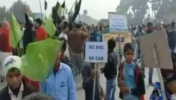 RJD ने 'बिहार बंद' में मासूम बच्चों को बनाया हथियार, तख्तियां-झंडे पकड़ाकर लगवा रहे नारे