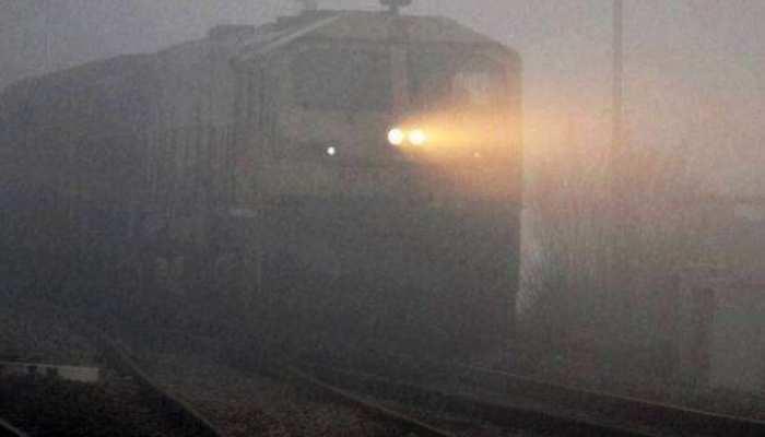 कोहरा और प्रदर्शन से थम रही ट्रेनों की चाल