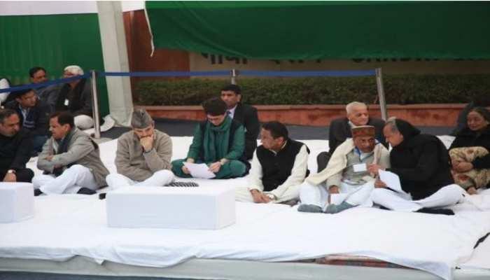 मोदी सरकार के खिलाफ सत्याग्रह पर बैठी कांग्रेस, राहुल सोनिया भी हुए शामिल