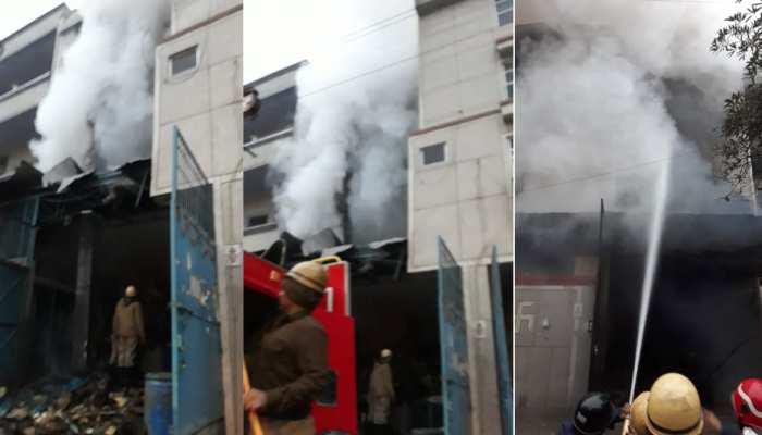 दिल्ली: नरेला में जूता बनाने की फैक्ट्री में सिलेंडर फटने की वजह से लगी भीषण आग