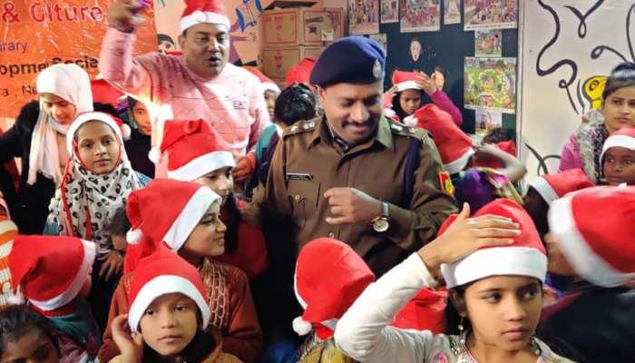दिल्ली पुलिस की अनूठी पहल, सैंटा बने डीसीपी; जामिया इलाके में बच्चों को बांटे गिफ्ट