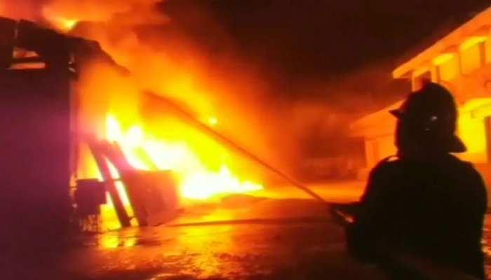 दिल्ली: कृष्णा नगर में कबाड़ गोदाम में लगी आग, 40 लोगों को बचाया गया