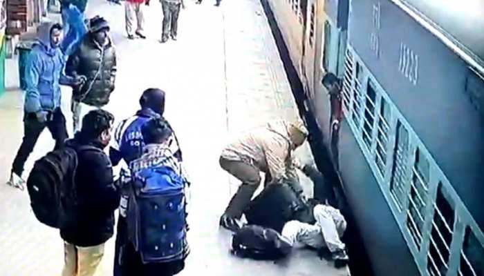 CCTV: फरिश्ता बना RPF का जवान, यात्री को ट्रेन में चपेट में आने से बचाया