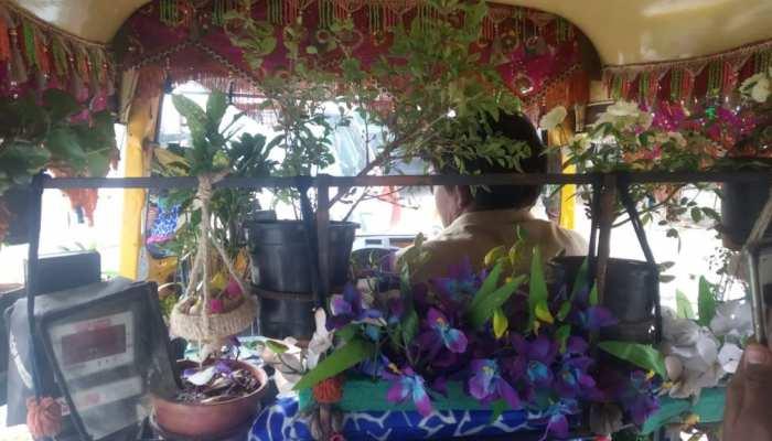 पौधे से सजा हुआ ऑटोरिक्शा चला लोगों को प्रेरित कर रहा है यह शख्स