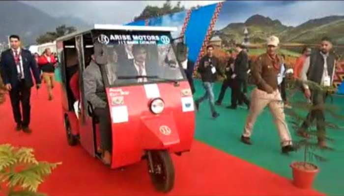 Una youngster prepares solar auto with expensive petrol, will provide relief from pollution
