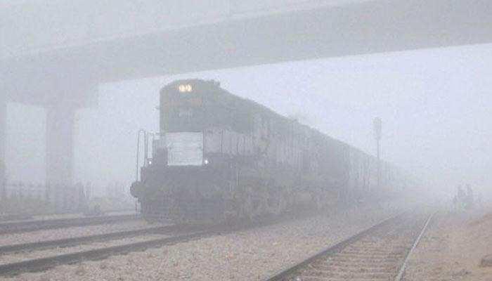 ट्रेनों पर कोहरे की मार, 19 रेलगाड़ियां लेट, हजारों पैसेंजर रद्द करवा चुके हैं टिकट