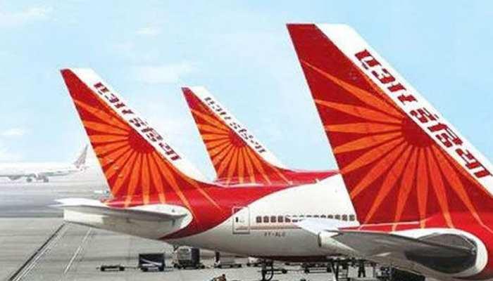 VIDEO: एयर इंडिया की फ्लाइट में यात्रियों ने जमकर काटा हंगामा, कॉकपिट में घुसने की कोशिश की