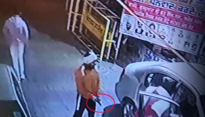 CCTV: दिल्ली में विधायक ऑफिस के बाहर लूट, पिस्टल फायर कर कैश लूटकर भागे बदमाश