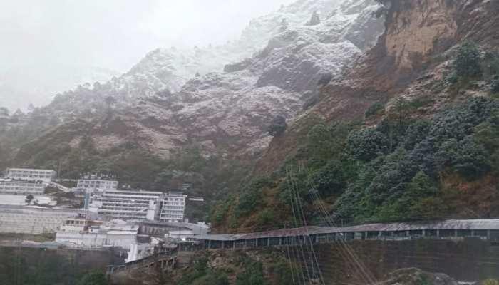 माता वैष्णो देवी धाम पर जमकर बर्फबारी, श्रद्धालु ले रहे Snowfall का मजा