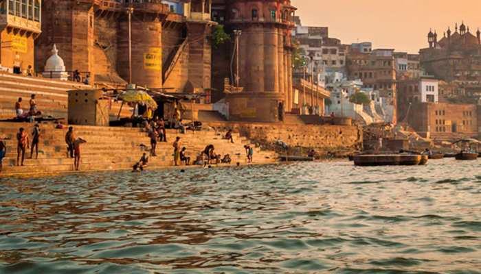 वाराणसी: गंगा घाट पर धोए कपड़े, देना होगा 5000 रुपये का जुर्माना