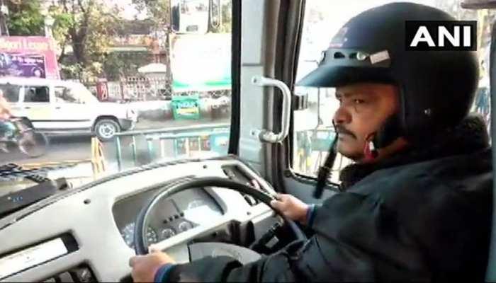 भारत बंद: जब हेलमेट पहनकर ड्राइवर ने चलाई बस, वायरल हुईं तस्वीरें