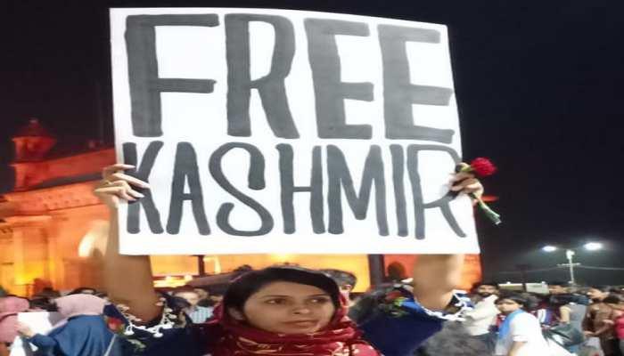 मुंबई में Free Kashmir का पोस्टर दिखाने वाली महक मिर्जा से मुंबई पुलिस ने की पूछताछ