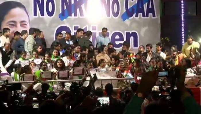 पीएम मोदी से मुलाकात के बाद राजभवन के पास धरने पर बैठीं ममता बनर्जी