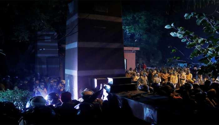 JNU हिंसा: दिल्ली पुलिस ने 9 लोगों को जारी किया नोटिस, पूछताछ के लिए बुलाया