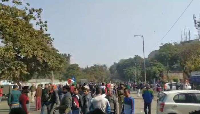 दिल्ली: कालिंदी कुंज में जारी धरना खत्म करने को लेकर लोगों का प्रदर्शन, एक महीने से बंद है सड़क
