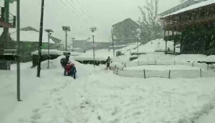 कुल्लू में भारी बर्फबारी से हालात खराब, विश्व प्रसिद्ध प्राचीन गांव भी 5 दिन से अंधेरे में