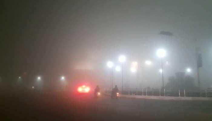 दिल्ली-NCR में छाया घना कोहरा, कम विजिबिलिटी के कारण सड़कों पर रेंग रहे हैं वाहन