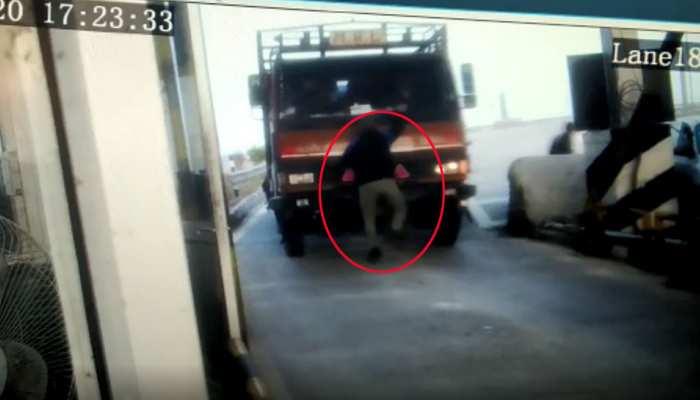 VIDEO: टोल प्लाजा पर हुई कहासुनी, गुस्साए ड्राइवर ने युवक पर चढ़ा दिया ट्रक