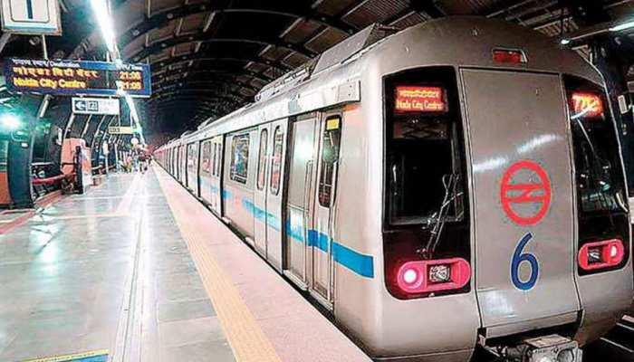 दिल्ली: करोल बाग स्टेशन पर मेट्रो के सामने कूदा शख्स, ब्लू लाइन पर प्रभावित हुई सेवा