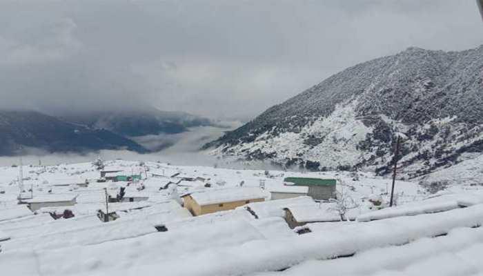 उत्तराखंड: बर्फवारी का लुत्फ उठाने के लिए लगा पर्यटकों का जमावड़ा, व्यापारियों को हो रहा मुनाफा