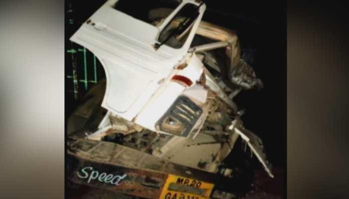 जबलपुर: अनियंत्रित बस सड़क किनारे खड़े ट्रक में घुसी, 3 की मौत, 8 घायल