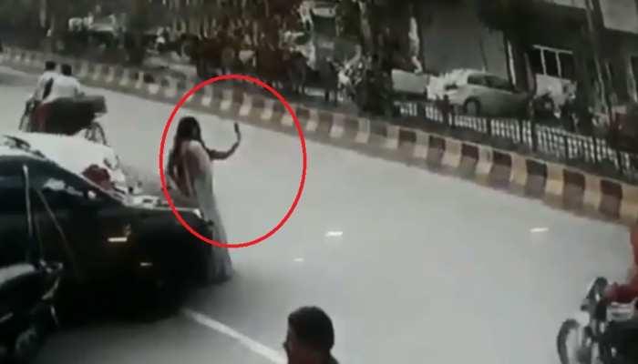 VIDEO: नई कार के साथ सेल्फी ले रही थीं महिलाएं, तभी हुआ कुछ ऐसा