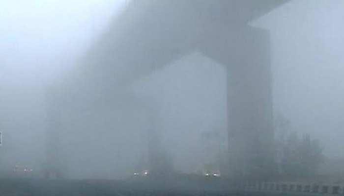 दिल्ली-NCR में घना कोहरा, विजिबिलिटी 50 मीटर से भी कम, 22 ट्रेनेें लेट, देखें VIDEO