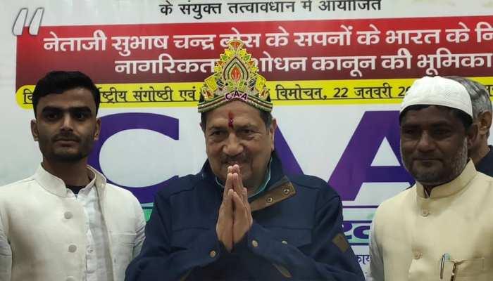 UP: CAA के समर्थन में मुस्लिम वर्ग, RSS नेता इंद्रेश कुमार को पहनाया CAA का मुकुट