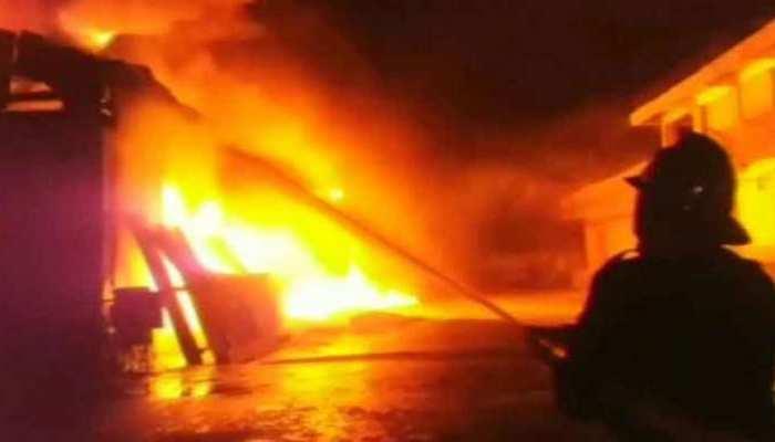 दिल्ली: पार्किंग में लगी आग, 16 कारें, 9 बाइक, 3 स्कूटी खाक, हफ्ते भर में दूसरी घटना