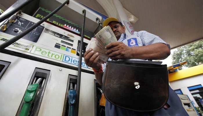 पेट्रोल-डीजल की कीमतों में फिर हुआ फेरबेदल, देखें आज का रेट