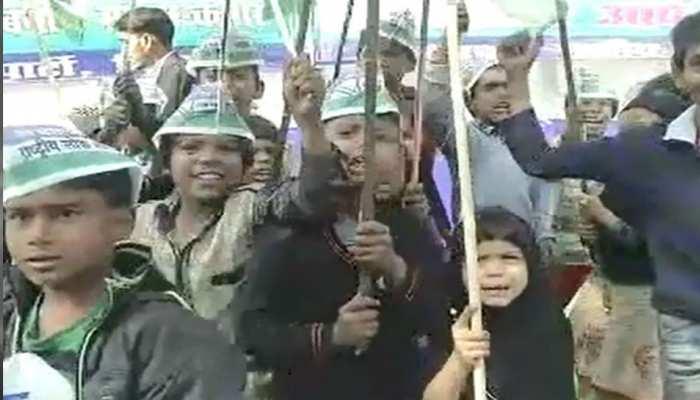 बिहार: विवादों में घिरी RLSP की मानव श्रृंखला, बच्चों ने लगाए लालू जिंदाबाद के नारे