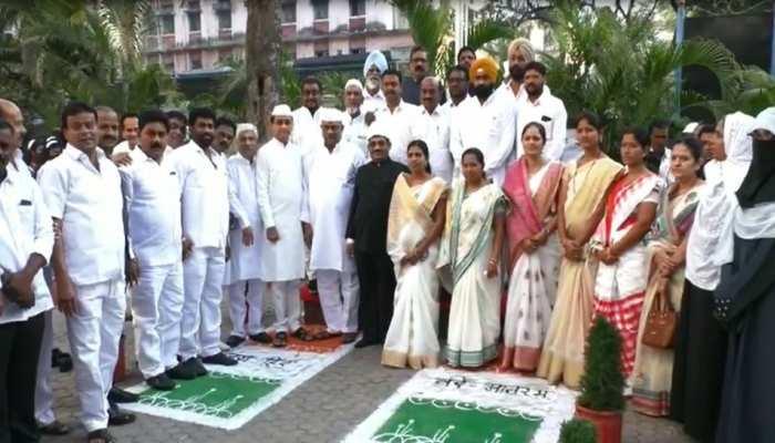 महाराष्ट्र: कांग्रेस नेताओं ने किया तिरंगे का अपमान, वायरल हो रहीं तस्वीरें