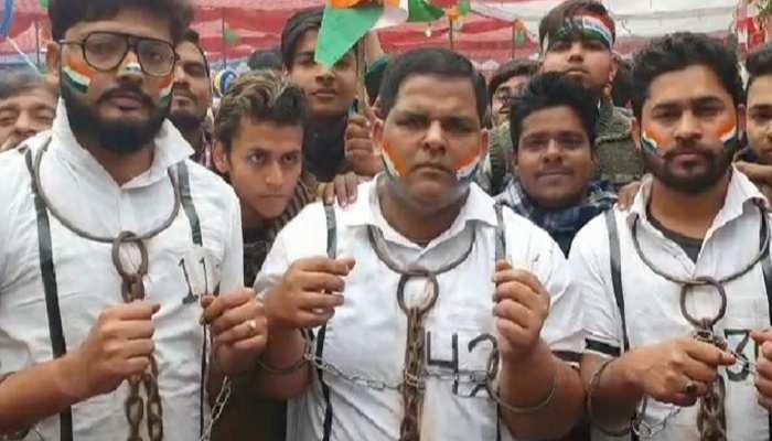 UP: संभल में CAA के विरोध में सपा कार्यकर्ताओं ने पहनी हथकड़ियां और कैदियों की ड्रेस