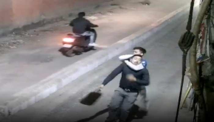 दिल्ली: सड़क पर भी सुरक्षित नहीं है जनता, सरेआम हमला करने के बाद बैग छीनकर भागा बदमाश, देखें VIDEO