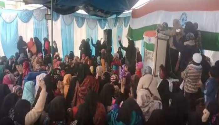 UP: शाहीन बाग की तरह देवबंद में भी प्रदर्शन, बच्चों के साथ धरना पर बैठीं मुस्लिम महिलाएं