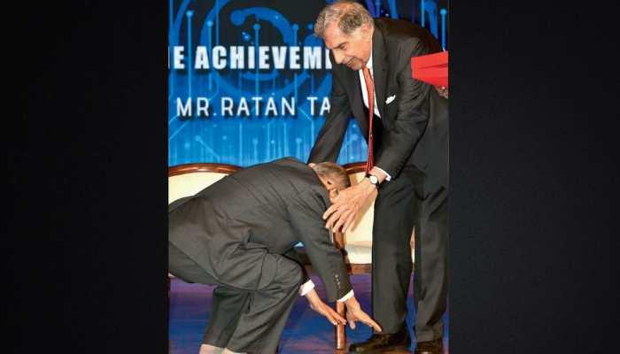 जब अरबपति नारायण मूर्ति ने छुए रतन टाटा के पैर, दिल को छू जाएंगी तस्वीरें