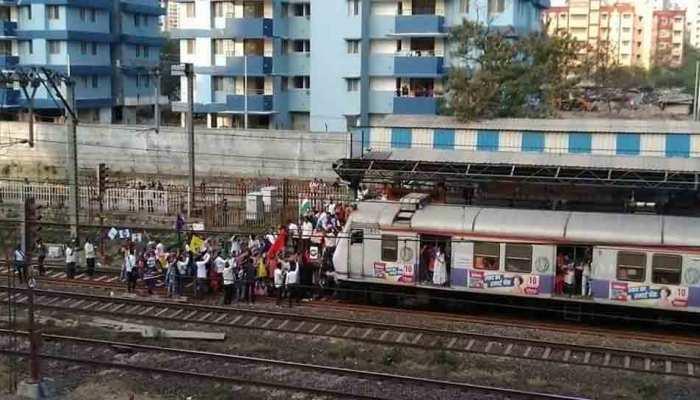 नागरिकता कानून का विरोध, मुंबई में प्रदर्शनकारियों ने रोकी ट्रेन