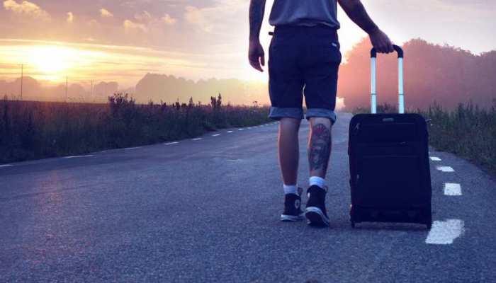 अगर आप भी जा रहें हैं विदेश यात्रा पर, तो पहले निपटा लें ये जरूरी काम