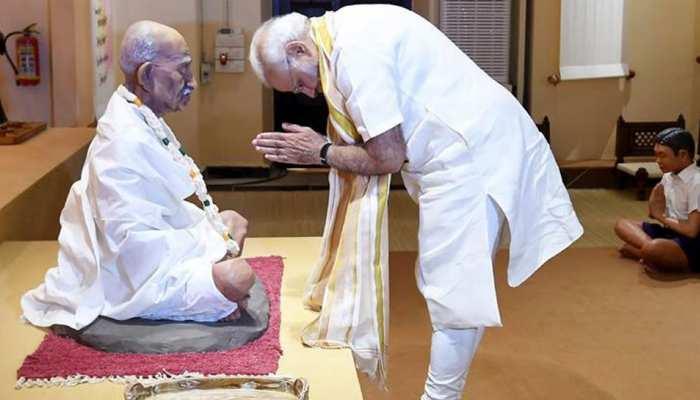 पूज्य बापू के विचार हमें समृद्ध भारत के निर्माण के लिए प्रेरित करते रहेंगे: पीएम मोदी
