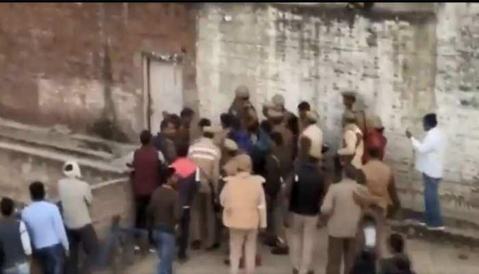 UP: जमानत पर रिहा मर्डर के आरोपी ने अपने घर में 20 बच्चों को बनाया बंधक