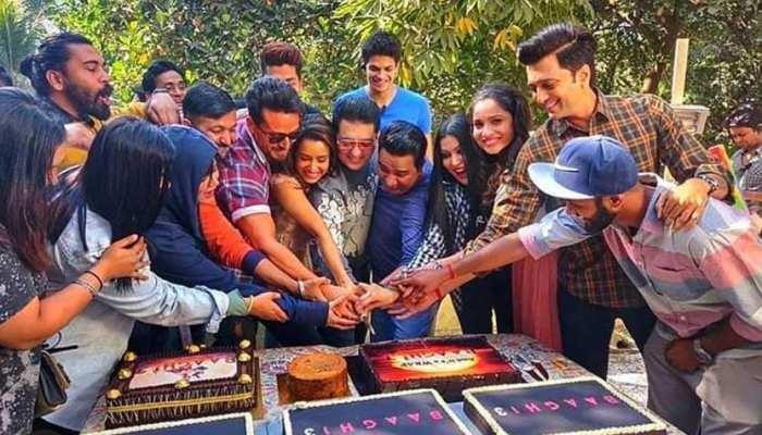 फिल्म 'बागी 3' की टीम ने शूटिंग पूरी होने के बाद की केक कटिंग
