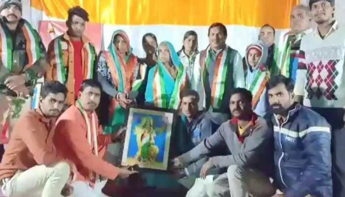 MP: दंतोड़िया में देशभक्ति का जज्बा, ग्रामीणों ने शहीद के परिवार को सम्मानित