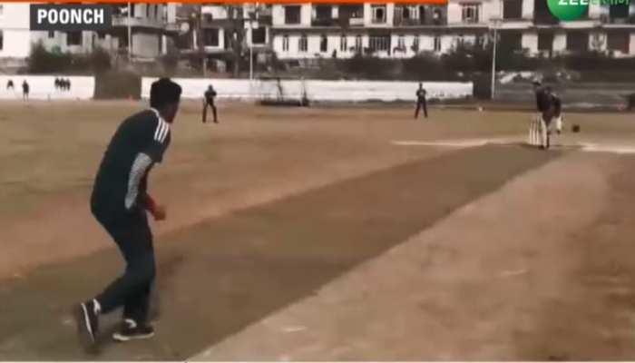 अयाज़ दिव्यांग है लेकिन हौंसले की कमी नहीं, हाथ से महरूम लेकिन खेलते हैं क्रिकेट