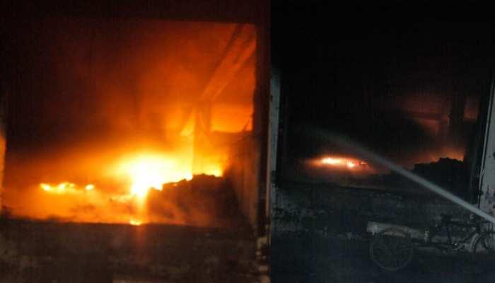 दिल्ली: वेयरहाउस में लगी आग, फायर ब्रिगेड की 15 गाड़ियां आग बुझाने में जुटी