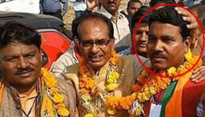 MP: कांग्रेस ने धार मॉब लिंचिंग के आरोपी के साथ जारी की शिवराज सिंह चौहान की फोटो