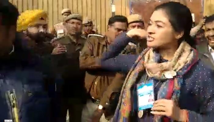 Delhi Assembly Election 2020 : दिल्ली चुनाव की पहली 'थप्पड़बाजी', अलका लांबा ने AAP कार्यकर्ता को जड़ा तमाचा