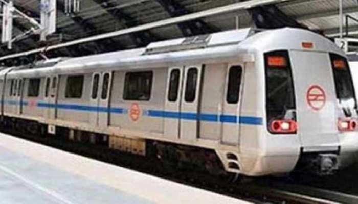 दिल्ली: मेट्रो के सामने कूदकर युवक ने की सुसाइड की कोशिश, मचा हड़कंप